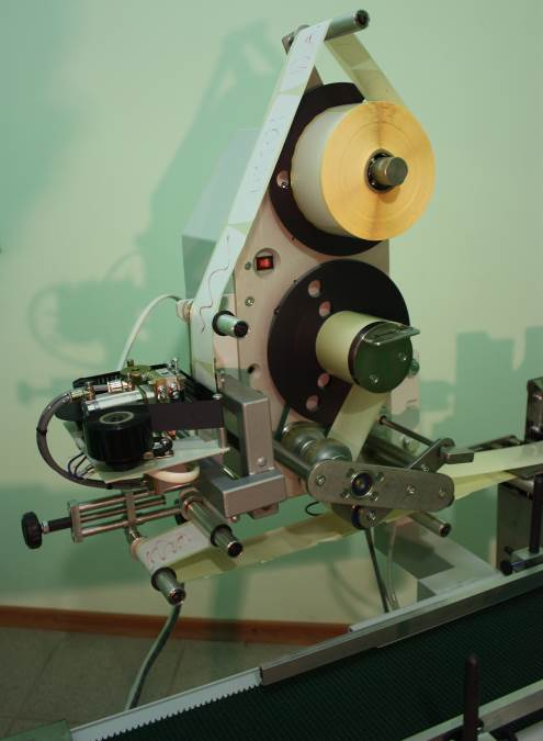 The machine is designed to automatically apply self-adhesive labels.